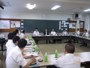 PTA会長から要望を受ける山田学長(中央)