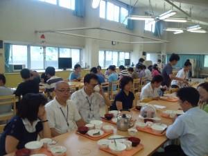 児童生徒ともに食事をする教育局職員
