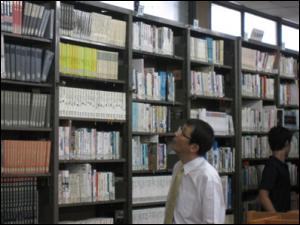 高校の図書館を見学する永田学長