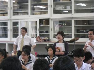 中学の音楽の授業を見学する永田学長