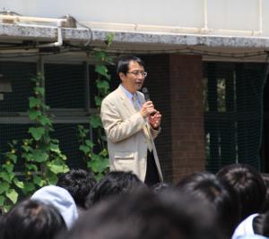 全校集会で話をする永田学長