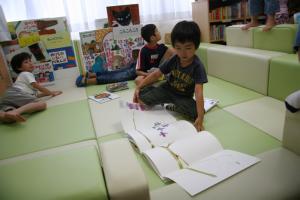 「おひさま文庫」で絵本を楽しむ児童