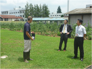 農場の説明を受ける永田学長