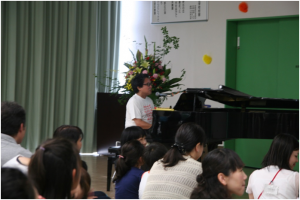 ピアノを演奏する谷川賢作氏