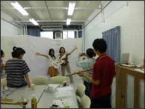 アクティビティのプレ実施を行う両校の生徒たち