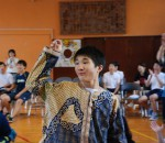 衣装をまとって踊る中学部の生徒