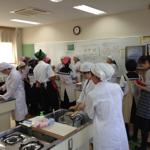 トマトケチャップを作る同校の生徒