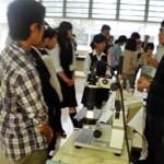 実験についての説明をうける生徒たち