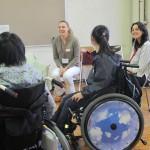 外国人研修留学生と歓談する生徒たち