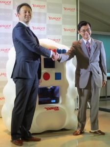握手を交わす荒波執行役員と石隈副学長