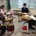 卒業生と懇談する生徒たち