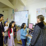 生徒たちの学校生活の様子を見学する石隈教育長