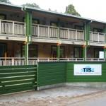 緑に囲まれたTISの校舎