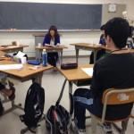 卒業生の話に耳を傾ける生徒たち