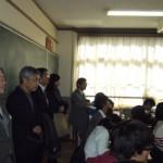 授業を見学するJanise Phang Lee Chin講師と石隈教育長