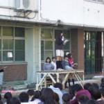 歓迎集会で挨拶するHwa Chong校の生徒