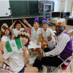 留学生の国や文化について話をきく様子