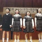 舞台上で歌う生徒たち