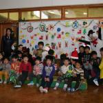 幼稚部では幼児たちと1枚の写真に収まった