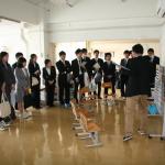 小学部の教室を見学する研修参加者たち