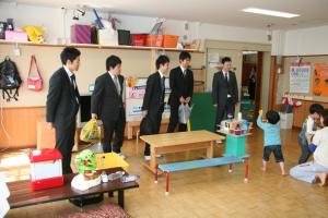 幼稚部の教室を見学する研修参加者たち