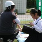 避難場所で保護者の迎えを待つ間、持参した絵本やタブレット端末が幼児児童の気持ちを落ち着かせるのに役立った【訓練】