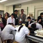 アフガニスタンからの訪問者が理科の授業を視察