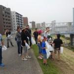 クリーン作戦に参加した同校の児童・生徒、教員たち