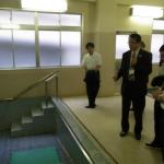 プールを視察する永田学長