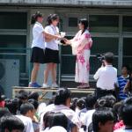 中国からの記念品を受け取る生徒会長(右)