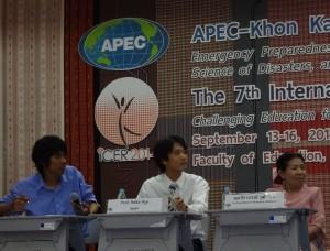 図工の協議会において討論を行う笠教諭(中央)