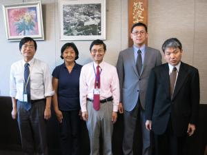 左から宮本施設長、ジュルディスさん、石隈副学長、チョンムルノフ在日キルギス共和国大使館書記官、早乙女日本盲人援護機構副理事長