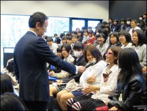 生徒に質問をする島田さん