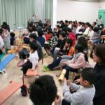 幼児児童も打楽器を持って演奏に参加