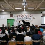交流先の保育園や小学校の子どもたちとコンサートを楽しむ様子
