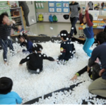 素材遊び「雪みたい!」の様子