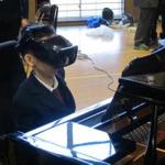 目線でピアノを演奏する沼尻光太さん