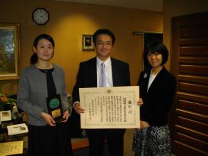 表彰を受けた永杉教諭(右)・高橋教諭(左)と推薦者の新津次長