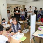 小学部で行われた個別や自立課題の授業を参観する保護者と講習受講者