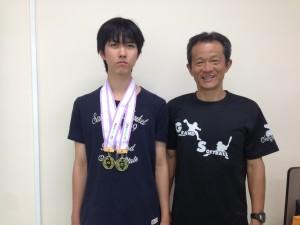 坂田君(左)と陸上部の顧問の原田教諭(右)