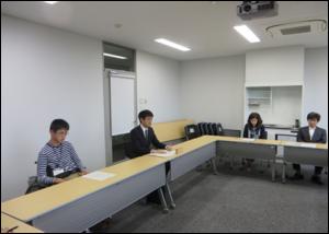 最終日の報告会の様子 (左:河田さん、左から2番目 担任の佐々木教諭)
