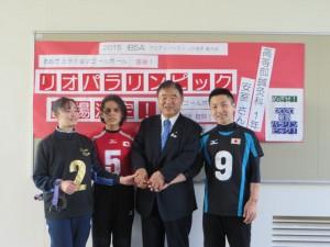 パラリンピックに向けて、生徒たちと握手