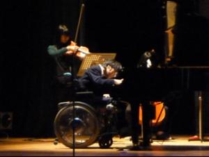 ショパン「ノクターン第2番」を演奏する生徒