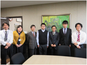 石隈教育長、東京キャンパス事務部職員と記念撮影